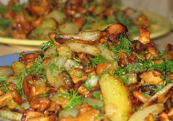 Лисички, жареные с картошкой в мультиварке