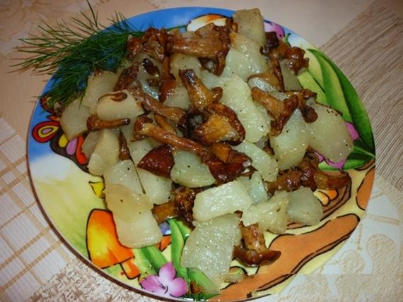 Лисички, жареные с картошкой в мультиварке2