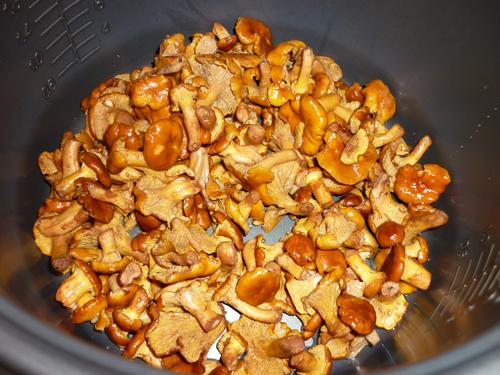 Лисички, жареные с картошкой в мультиварке3
