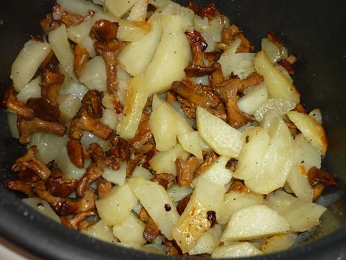 Лисички, жареные с картошкой в мультиварке5