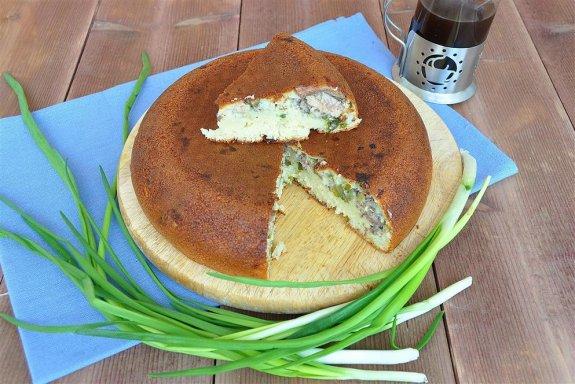 Заливной пирог на сметане с зеленым луком и рыбой в мультиварке
