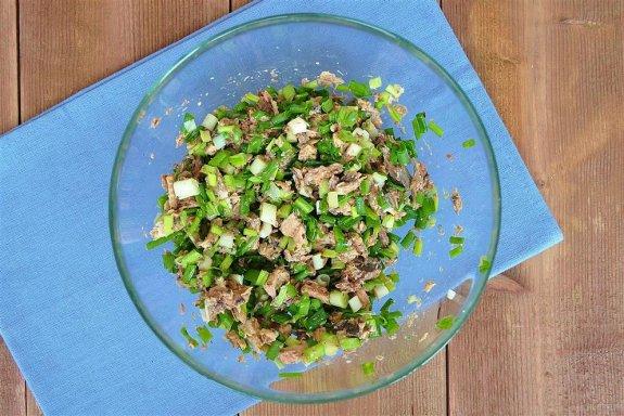 Заливной пирог на сметане с зеленым луком и рыбой в мультиварке4