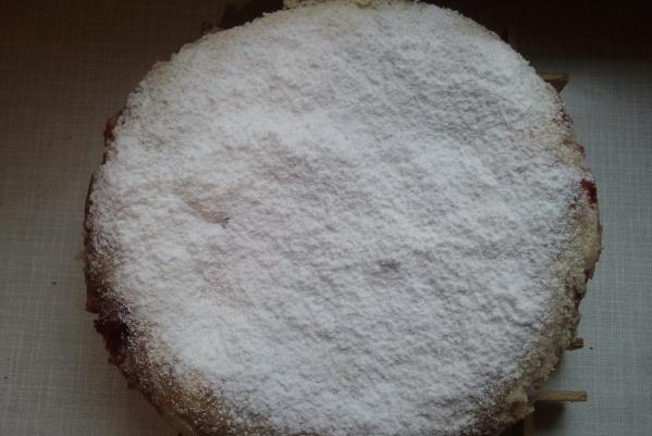 Клубнично-банановый насыпной пирог в мультиварке Redmond 10