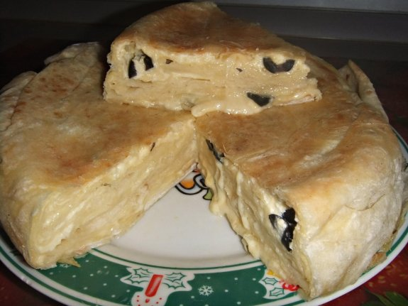 Пирог из лаваша с сыром и маслинами в мультиварке