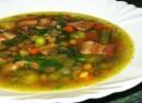 Суп с беконом и консервированным горошком, приготовленный в мультиварке